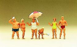 Familie Krause am Strand in Badebekleidung