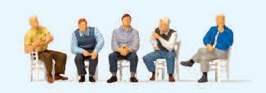 Personen wartend, mit losen Stühlen