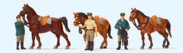 Stehende Polizisten und Pferde, Deutschland