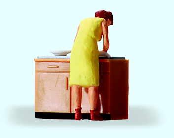 Hausfrau beim Spülen