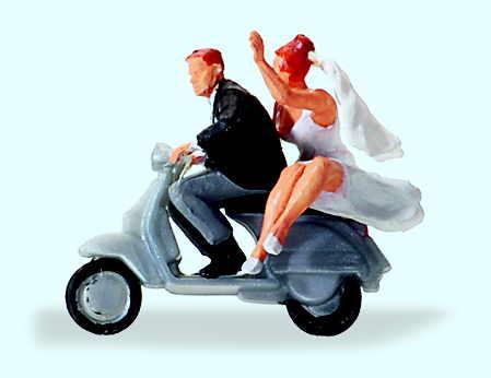 Brautpaar auf Vespa Roller