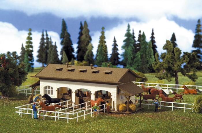 Reitstall mit Pferden