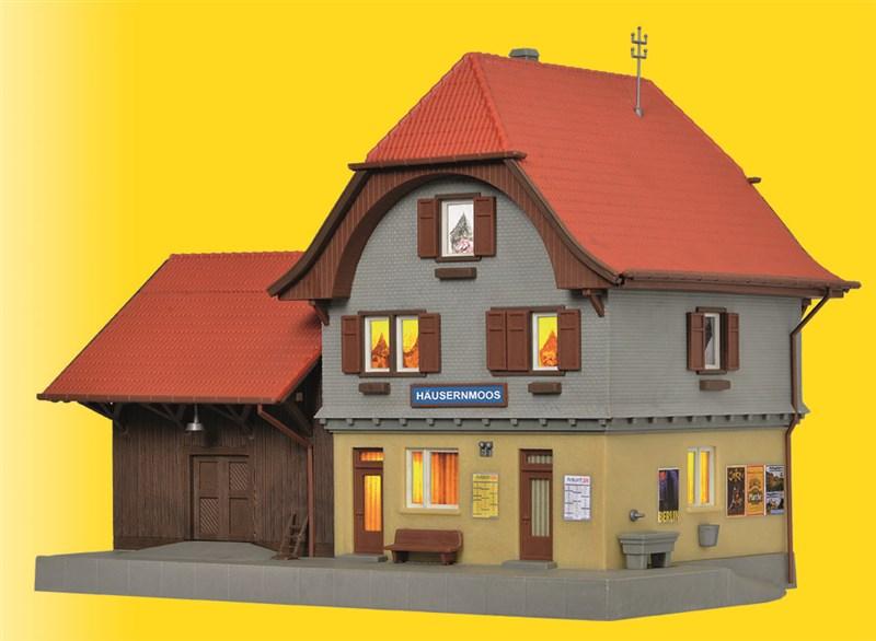 Bahnhof Häusernmoos mit Beleuchtung