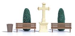 Lebensbäume und Steinkreuz