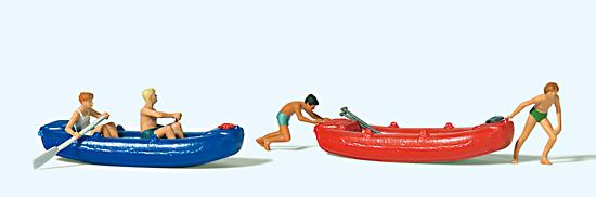 Jugendliche mit Booten