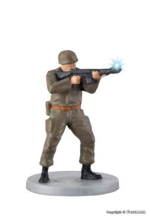 Soldat, stehend mit Gewehr u. Muendungsfeuer