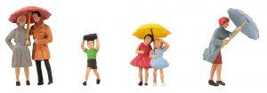 Passanten mit Regenschirm