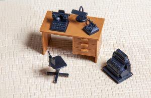 Schreibtisch mit Zubehoer