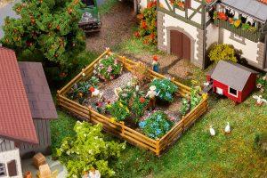 Ziergarten mit Blumen und Bueschen