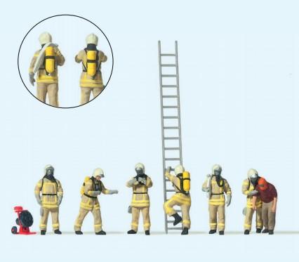 Feuerwehrleute mit moderner Einsatzkleidung