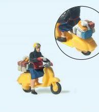 Postbotin auf Roller
